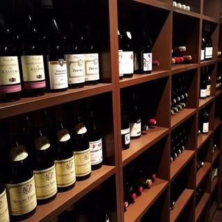 店内には100種類以上のワインがあなたを待っています。