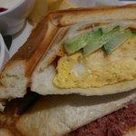 カフェ 杜の香り - グリルサンドのアップ。相方の卵焼きサンドとコンビーフチーズをひとつトレード。