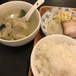 上海屋 - ワンタンスープ付