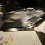 ステーキハウス華 - 綺麗に磨かれた鉄板