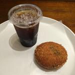 アンデルセン - アンデルセンのカレーパンとアイスコーヒー。 合計で税込507円。 うまし。