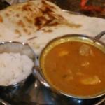 パトワール - [料理] 焼きたてナン / ライス & チキンコーロマカレー