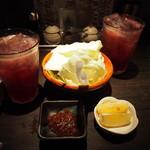 鶏天 - 料理写真:つきだしとカシス生搾りグレープフルーツ