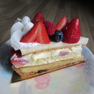 バズ サーチ - 料理写真:プレミアムストロベリータルト 756円