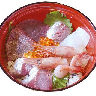 ランチに名物海鮮丼も楽しめる!