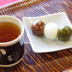 中村軒 - 三色だんごとほうじ茶
