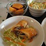 メイファールアンタイレストラン - 揚げ春巻き、サラダ、柿