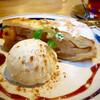 カフェ・ハクタ - 料理写真:アップルパイ バニラアイス添え(季節限定) 600円