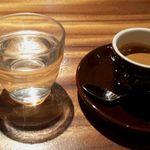ネイバーフッド アンド コーヒー - エスプレッソと水
