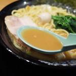 横浜家系ラーメン 布施商店 - スープは濃い目でオーダーしたので、醤油感の強いスープでした。