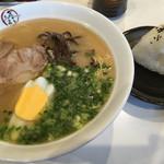 まるたま食堂 - 料理写真:こくまるラーメン=520円 おにぎり=70円