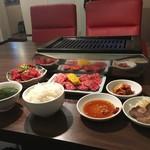 甲子園 牛萬 離れ - 本日のお肉3種盛130g 特製タレ漬けクラシタロース