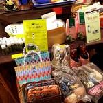 ニャーヴェトナム - お店ではベトナム雑貨や調味料が売られていました