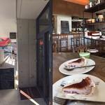 マカロニカフェ&ベーカリー - お店の入口と内観☆。.:*・゜ 主人がケーキ得意じゃないので、私に2つ回って来ました(涙) 同じケーキ2つはキツイです。