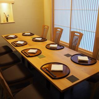 完全個室は、木の温もりと和のテイストが融合したくつろぎ空間。