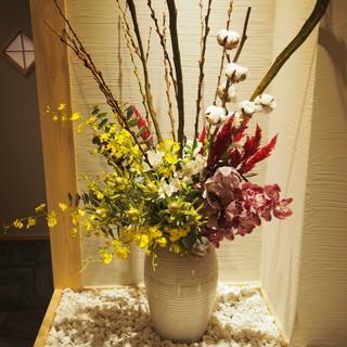 四季折々の華やかな生け花が彩る空間で、贅沢なひとときを。