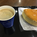 エアポートカフェ AZUL - 料理写真:チーズケーキとホットコーヒーで560円