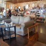 atelier BASEL - ソファ席もあります