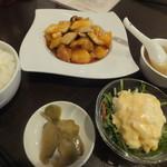 桜花亭 - ジャガイモとキノコ、豚肉のスブタ 950円