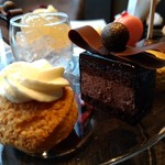 MOTIF -  ミュールとヴァニラショコラのムース· 洋梨とグレープフルーツのシュークリーム· グレープフルーツとライチのジュレ