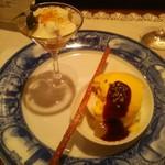 横濱元町 霧笛楼 - 洋梨の白ワイン風味 フロマージュ・ブランのムース バニラのグラス 山葡萄のソース リンゴのフレッシュ・コンポートの焼きリンゴ添え マスカルポーネ掛け