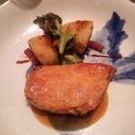 59534991 - スペイン・カタルーニャ産 プーレ・ジョンヌ(若鶏のもも肉) 黒胡椒のソース ポテトのリヨネーズ風とLED横浜菜園サラダ添え