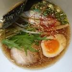 らぁめん 猪鹿蝶 - 醤油らぁめん700円牛骨スープをライトに楽しめる真っ直ぐに美味しいラーメン。