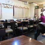 鎮海楼 - 全40席は全面喫煙可、テーブル間隔が狭い