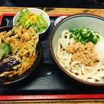 武蔵野うどん - 冷やし納豆うどんにかき揚げ天丼セット(*´ω`*)冷やはコシがダイレクトにくるから好き!