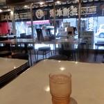 朝挽もつ焼 芝浦本家 - 店内の様子  左手が、厨房と配膳口