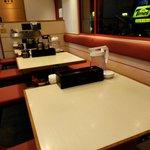 ゴル麺。 - テーブル席