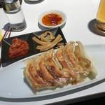 宇味家 - 餃子セット1000円。ビールと餃子とキムチにメンマが付くよ。