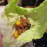 稲穂と一慶 - レタスの葉っぱに丸みがあるからそのままお皿替わりに食べれましたよ。