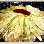 びっくりうどん - 賞味期限は三十秒!たっぷりの葱と特製ダレをかけたアツい茹でたてワンタンに、アツいネギ油をかけました。