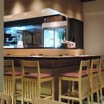 うどん居酒屋 武蔵野 はせがわ - カウンター席の奥の日本酒が気になります