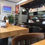 麺 風来堂 - カウンター席、テーブル席ございます店内です。