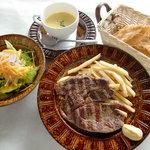 ピレネー - 料理写真:暖炉でじっくり炙り焼きにする暖炉焼き牛ロースのランチコース