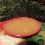 壱壱家 - とろっとしたクリーミーな濃度のスープは、丸みのある醤油ダレが効いています。