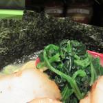 壱壱家 - 家系ラーメンの定番の具と言えば、ほうれん草。 海苔はスープに浸して、ご飯に巻いて食べると美味しいらしい。