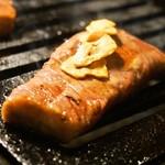 焼肉くろちゃん - 希少部位ステーキ:イチボ(ガーリックを乗せて)