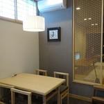 山本家 - 店内は洒落た感じになり、テーブル席と小上がりがゆったりと配置されてます。