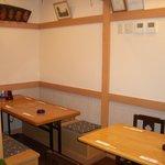 ふぐ・ちゃんこ鳥義 - ちょっと隠れ家的なテーブル席。つなげて10名までいけます。