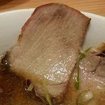 麺や壱真 - チャーシューは下味薄めで歯ごたえのあるタイプ