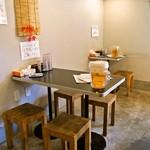 麺や 蓮と凜 - 店内(テーブル席)