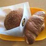 Bakery Cafe CAMELLIYA - カレーパン+塩パン