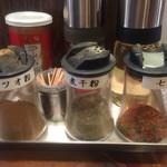 ベジポタつけ麺えん寺 - 味変アイテム→お酢、ラー油、胡椒、カツオ粉、煮干粉、七味