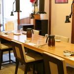 鴨川たかし - 店内テーブル席