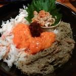 味暦あんべ - 上から時計回りに茹でた内子と身、蟹味噌と身、蟹のむき身、オレンジ色の生内子の醤油漬け、中央に外子の醤油漬け