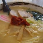 ラーメン 赤おに。 - 料理写真:辛みそラーメン (白味噌風のスープには、赤い辛味噌?がもられています)