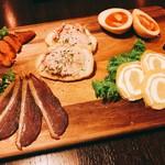 燻製ダイニングGAGA - ◆前菜盛り合わせ 合鴨の生ハム燻製 炙り明太子の燻製 燻製たまご いぶりがっこのクリームチーズ巻き フォアグラ入りレバーパテ